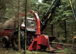 Broyeur de branches / déchiqueteuse de branches derrière tracteur grue, diamètre 250 mm avec grue.