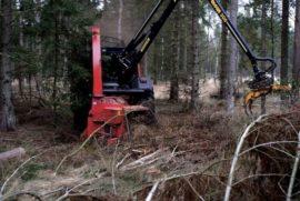 Broyeur de branches derrière tracteur grue, diamètre 270 mm avec grue.
