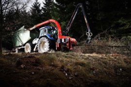 Broyeur de branches / déchiqueteuse de branches derrière tracteur grue, diamètre 320 mm avec grue.