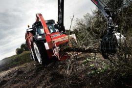 Broyeur de branches / déchiqueteuse de branches derrière tracteur grue, diamètre 400 mm avec grue.