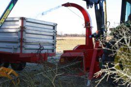 Broyeur de branches / déchiqueteuse de branches derrière tracteur grue, diamètre 230 mm avec grue.
